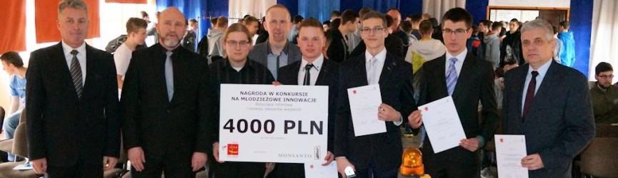 """Laureaci konkursu Innowacje w rolnictwie wraz z ich wynalazkiem """"Wszędołazem"""" na uroczystości wręczenia dyplomów i nagrody głównej - 4000 PLN / LCKZiU"""